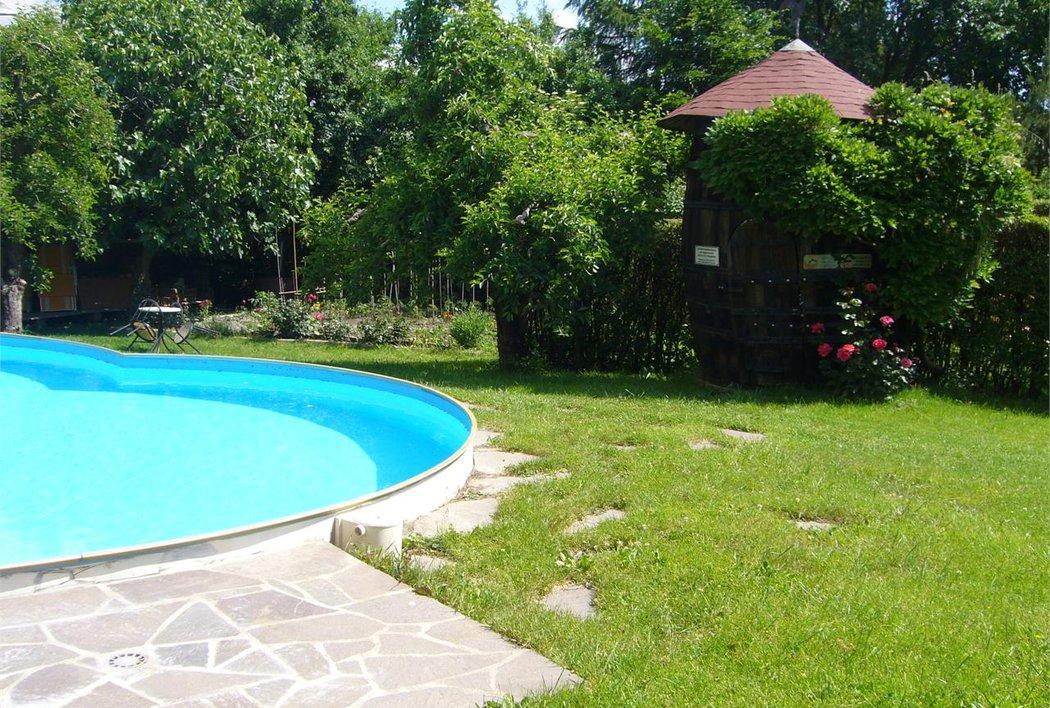 Schwimmbad mit Liegewiese