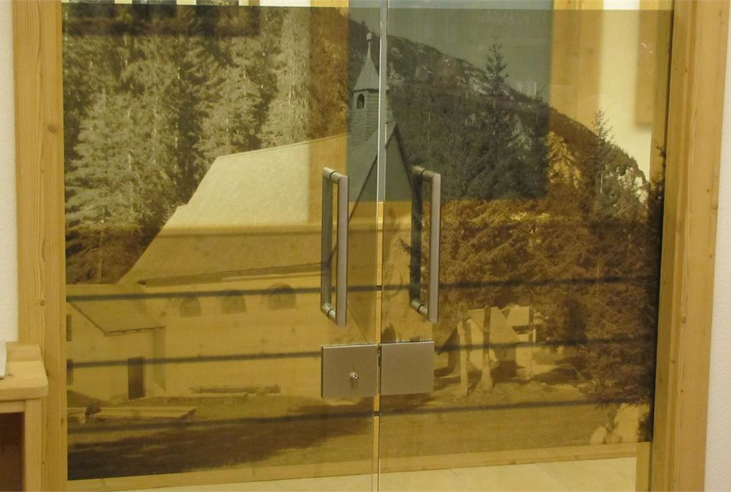 Tür zur Bar - auf dem Bild sieht man den Wallfahrtsort Heilige Drei Brunnen