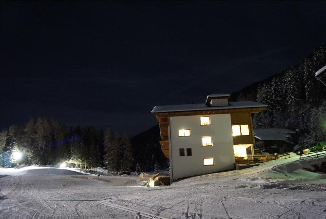 Innerhütt bei Nacht
